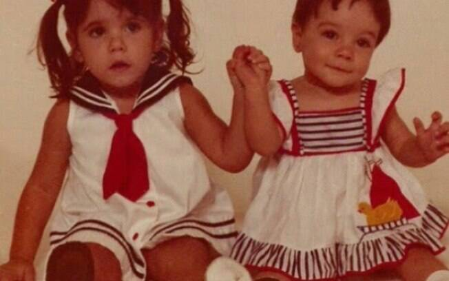 Deborah Secco homenageou a irmã Bárbara Secco, que faz aniversário neste sábado (20), com uma foto da infância