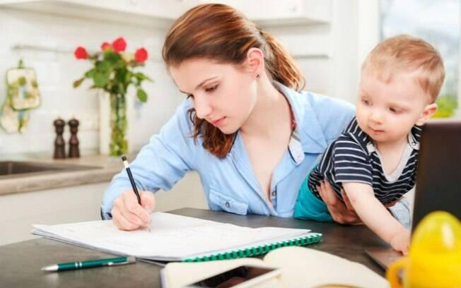 Seja na instituição pública ou privada, mães universitárias compartilham com o Delas suas dificuldades