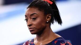 Simone Biles desiste de disputar finais no salto e nas barras assimétricas