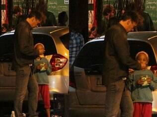 Alexandre Borges dá dinheiro à uma menininha na rua