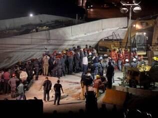 Carro está embaixo do viaduto a mais de 12 horas