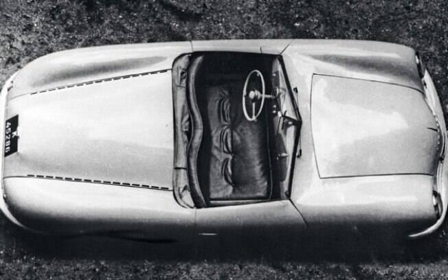O esportivo visto de cima, que pelo que parece, foi retratado em sua época de origem, no fim da década de 40