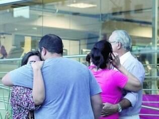 Na imagem, familiares de Luís Gustavo na porta da academia