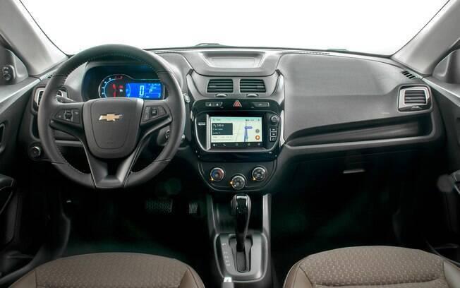 O interior do Chevrolet Cobalt conta com sistema multimídia MyLink e o assistente pessoal OnStar