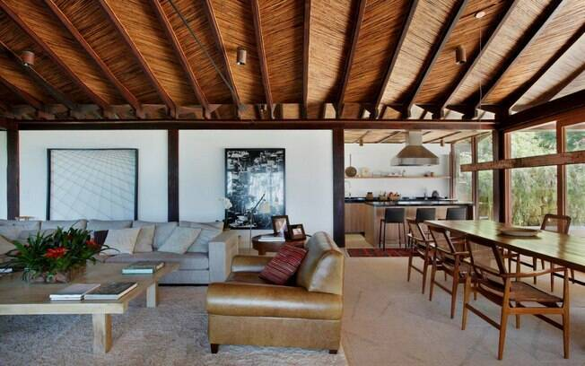 O frescor dos espaços integrados marcam presença na casa do arquiteto. Destaque para o uso recorrente de madeira