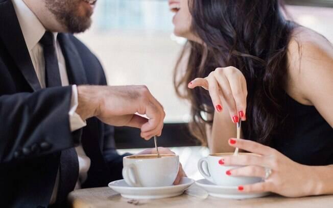 Ter um encontro com alguém que você conheceu online pode ser arriscado e é preciso tomar alguns cuidados