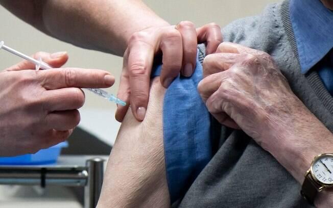 Vacina contra o coronavírus: segunda dose deve ser tomada em 3 ou 12 semanas?