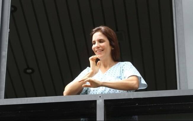 Ivete Sangalo aparece na janela do hospital