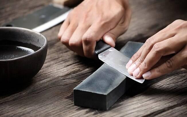 Saber como amolar e afiar faca é fundamental para quem gosta de cozinhar