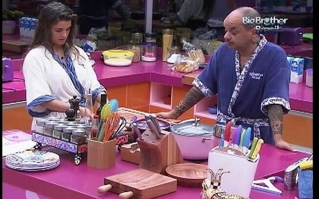 João Carvalho escuta sugestão de Laisa para preparar o molho vermelho