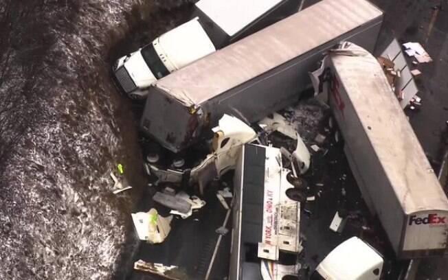 Ao todo, um ônibus de turismo, três caminhões de carga e um veículo de passeio se envolveram no acidente