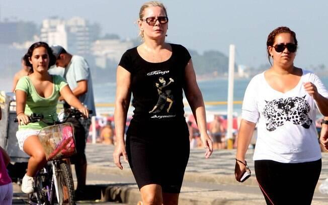 Vera Fischer caminha com uma amiga na orla do Leblon  neste domingo (03)