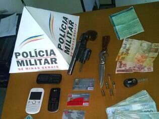 Quase 40 mil reais em dinheiro e uma arma foram encontrados em carro apreendido pela PM após troca de tiros
