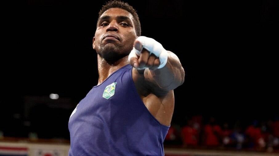 Abner Teixeira perde semifinal e fica com o bronze no boxe
