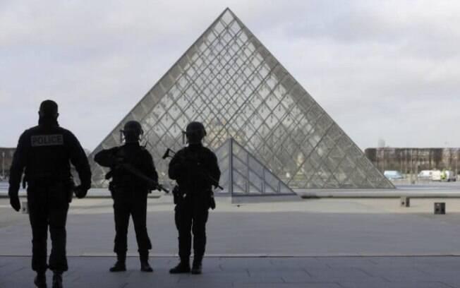 Uma porta-voz do Louvre disse que o museu estava fechado no momento do ataque. Suspeito foi baleado por um soldado francês