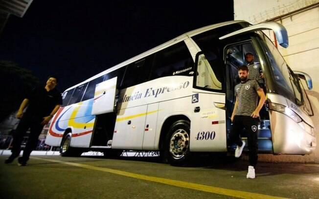 Delegação do Botafogo desembarca no Pacaembu antes de derrota para o Palmeiras