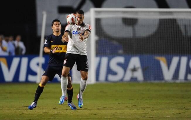 Guerrero protege a bola do zagueiro no  primeiro tempo