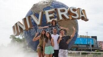 Mion celebra aniversário do filho com a família na Universal Orlando