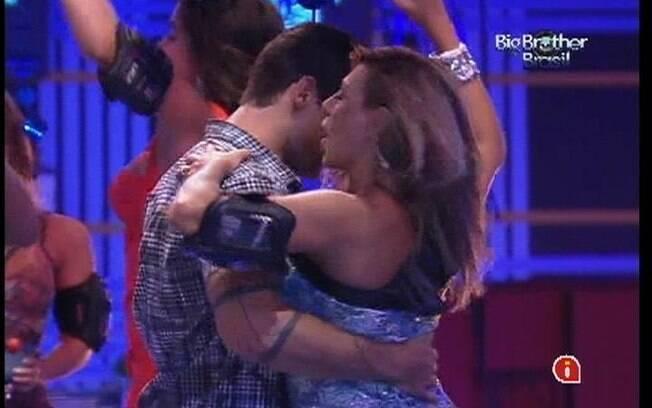 Fabiana e Yuri dançam juntinhos