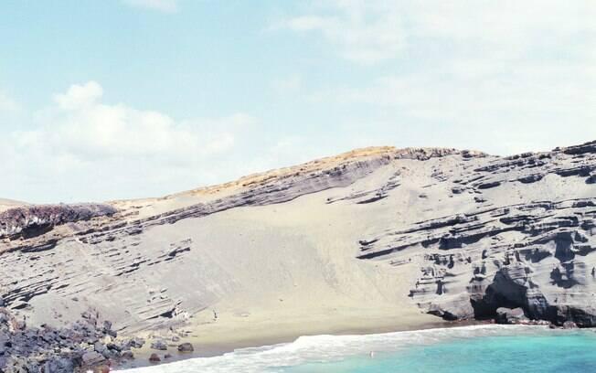 A coloração verde desta praia deve-se a cristais de olivina de origem vulcânica