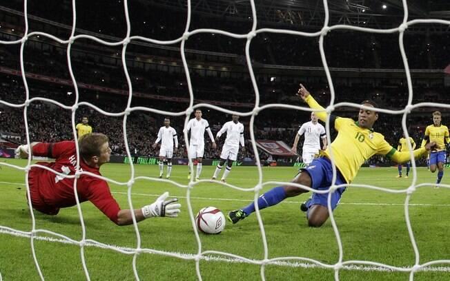 Ronaldinho tenta fazer o gol após perder  pênalti