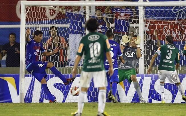Peñalba marca o gol da vitória do Tigre sobre  o Palmeiras