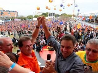 Paulinho ergue a mão de Aécio em ato no ano passado; meta agora é derrubar Dilma