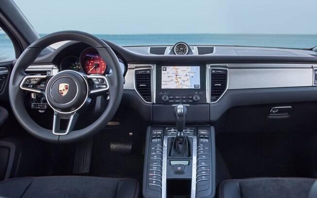 O painel do Porsche Macan GTS tem uma infinidade de botões. Qualquer um ficaria confuso com tantos recursos