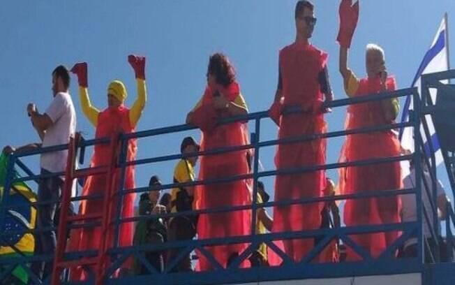 Manifestantes pró-Bolsonaro vestidos de lagosta em Brasília