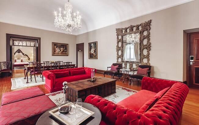 A melhor suíte do hotel de luxo português tem decoração que lembra o estilo imperial, banheira e mini bar