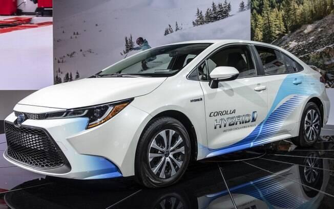 Toyota Corolla híbrido foi mostrado no Salão de Los Angeles (EUA), no início desse mês.  No Brasil, deverá ser híbrido flex