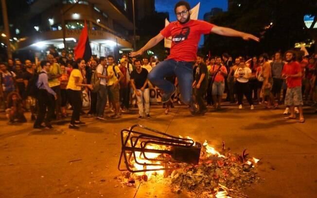 Em ato simbólico contra aumento da tarifa, manifestantes atearam fogo e pularam uma catraca