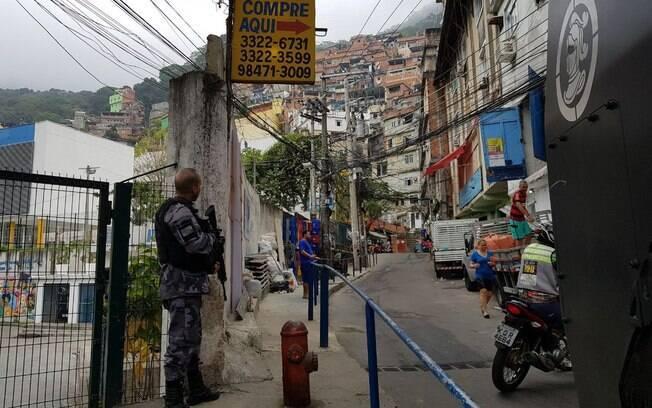 Favela da Rocinha é palco de operação policial pelo segundo dia seguido, após tiroteio entre traficantes deixar três mortos