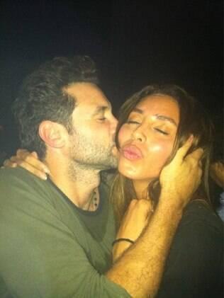 Lea T ganhou beijinho de Rico Mansur e se divertiu na área vip