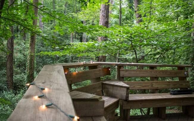 O terceiro ambiente da casa é um deque construído em torno de um pinheiro de 150 anos