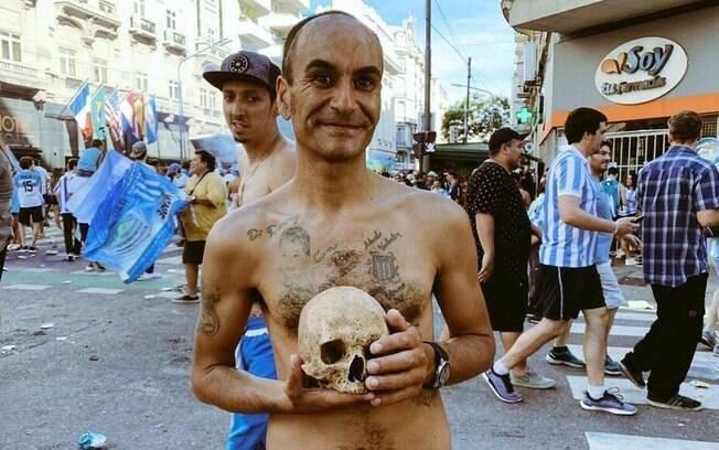 Gabriel Aranda, torcedor do Racing, celebrou o título com o crânio do avô