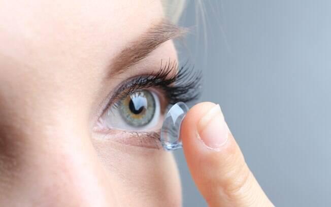 Uma mulher passou a sentir dor e perdeu a visão do olho esquerdo após nadar e tomar banho com as lentes de contato