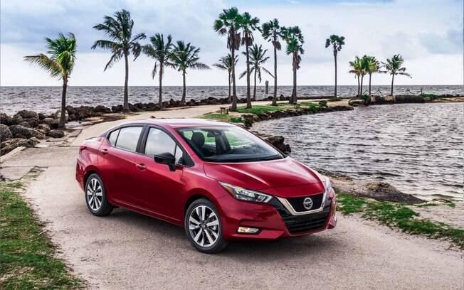 Nissan Versa vermelho