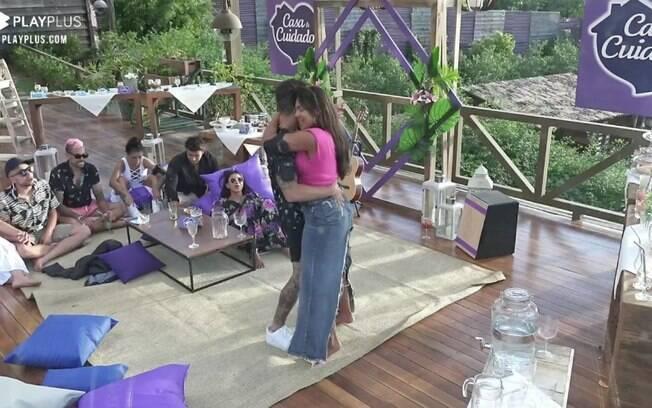 Tays e Biel dançam em A Fazenda 12