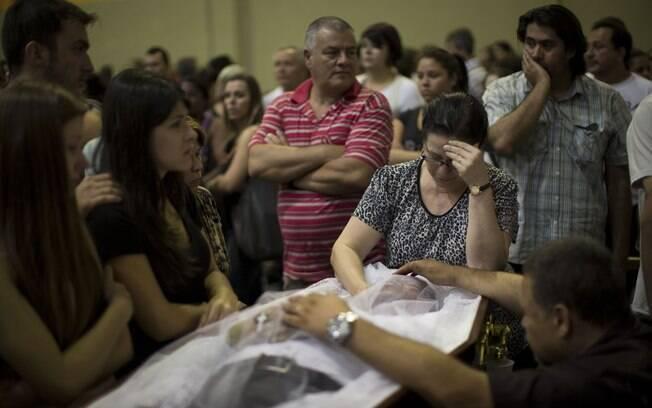 Parentes e amigos participam de velório de vítima de incêndio na Boate Kiss em Santa Maria, Rio Grande do Sul (27/01)