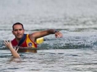 Quando vir alguém se afogando, não entre na água