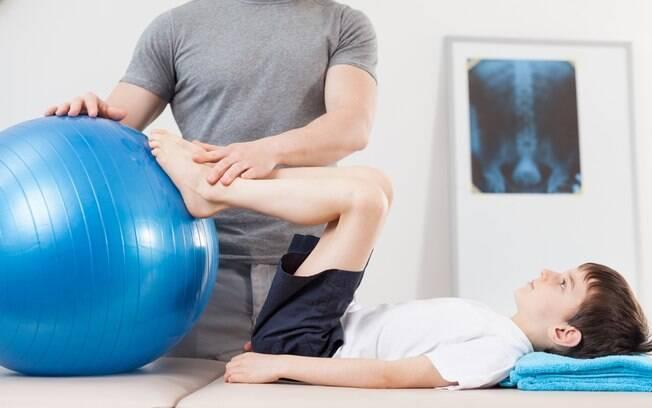 Além de tomar medicamento, portador da distrofia muscular de Duchenne deve passar por fisioterapia