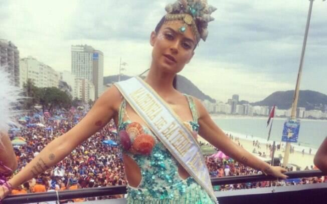 Atriz Thaila Ayala curte Bloco da Favorita, no Rio de Janeiro, com um visual de sereia