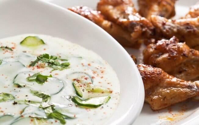 Uma iguaria refrescante, o molho de Iogurte, pepino e coentro são um acompanhamento maravilhoso para a coxinha de asa de frango
