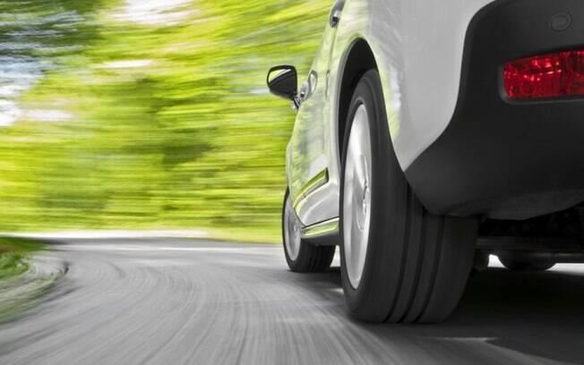 Não adianta soltar o carro na ladeira em ponto morto para tentar economizar combustível. É preciso que  esteja engrenado