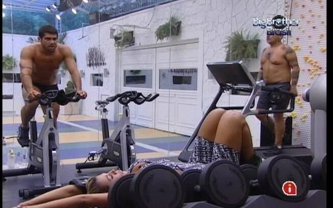Fabiana, Yuri e João Carvalho pegam pesado na academia
