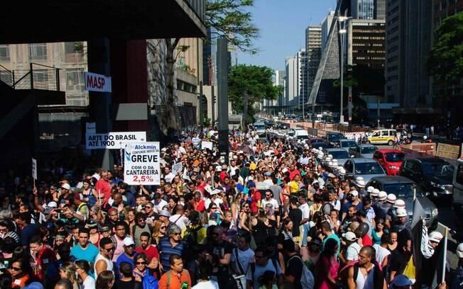Professores da rede estadual de São Paulo em greve, realizam assembleia no MASP, localizado na Avenida Paulista (27.03.2015)