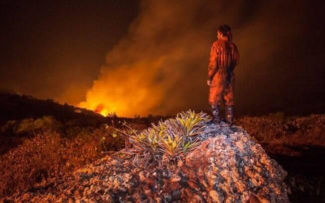 Bombeiro observa chamas que destruíram milhares de hectares da Chapada Diamantina, em 2015