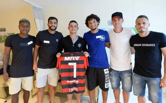 Cauan recebe os jogadores do Flamengo que foram visitar sobreviventes do incêndio no CT
