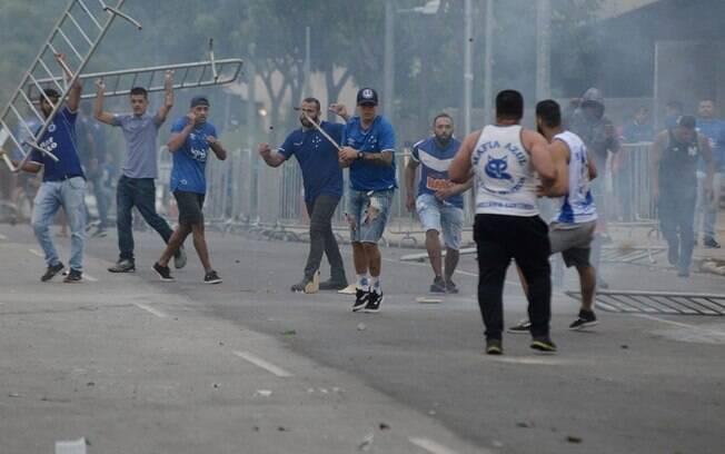 Torcedores do Cruzeiro causaram confusão do lado de fora do Mineirão após queda do clube para a série B